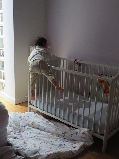 クリスマスイブから、ベッドからの脱走を試みるようになった息子。泣きながらよじ上ります。