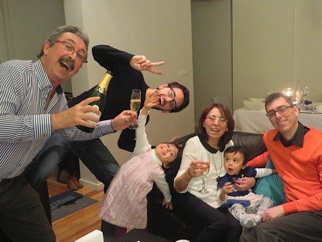 夜中の12時。皆でシャンパンでお祝い。健斗も寝てくれず、皆でお祝いとなりました。