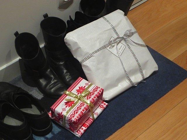 玄関にプレゼントを準備。