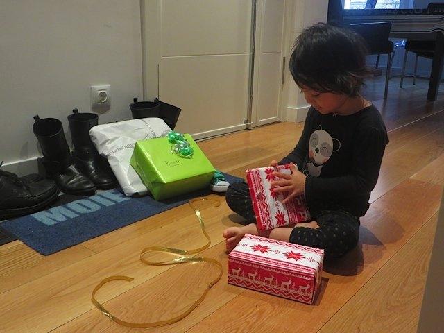 ぼさぼさの髪の毛のままプレゼントを開ける娘。