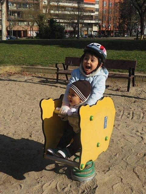 お祭りの合間に子供を連れてよく公園にも行きました。パワーが有り余っています。