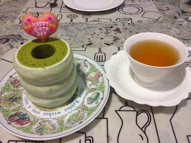 私のバースデーケーキ。日本で友人がサプライズで買ってくれた抹茶のバウムクーヘンです。
