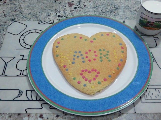 一緒に飾り付けをしたクッキー。ちょっとハートがいびつになりましたが。