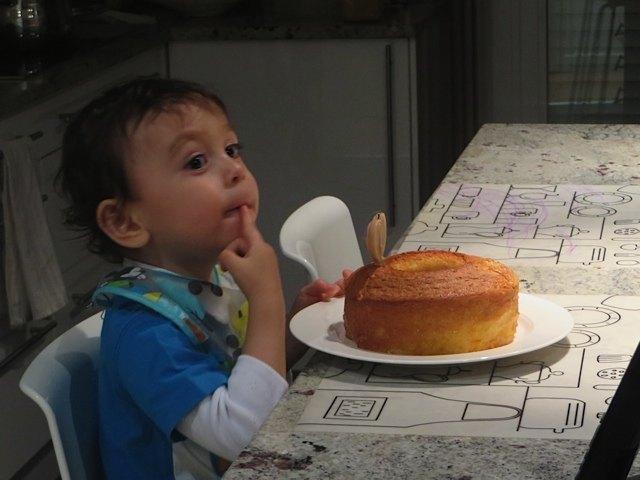 ケーキをつまんで食べる息子。まだまだ本能のままに生きています。