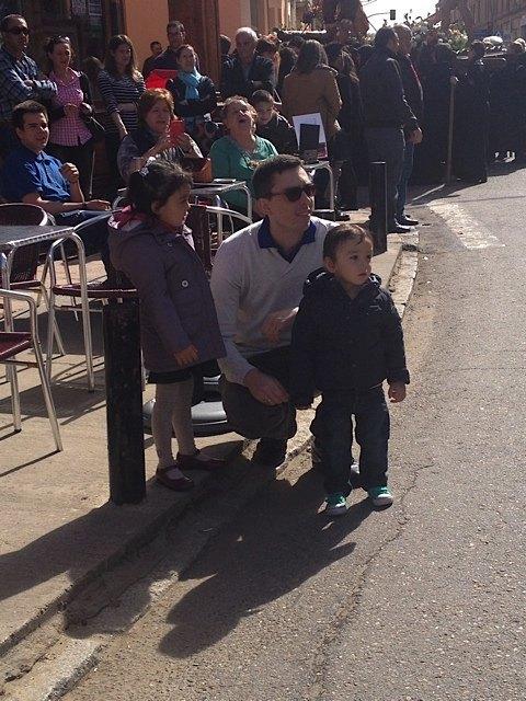 子供達も、すぐ側を通る御神輿をじっと見つめていました。
