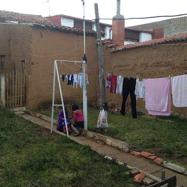 普段は誰も住んでいない家ですが、中庭も子供達の遊び場になりました。