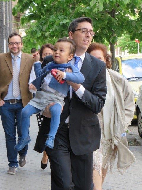 あまりに歩くのがゆっくりだったので、最終的にはパパに連れ去られる息子。