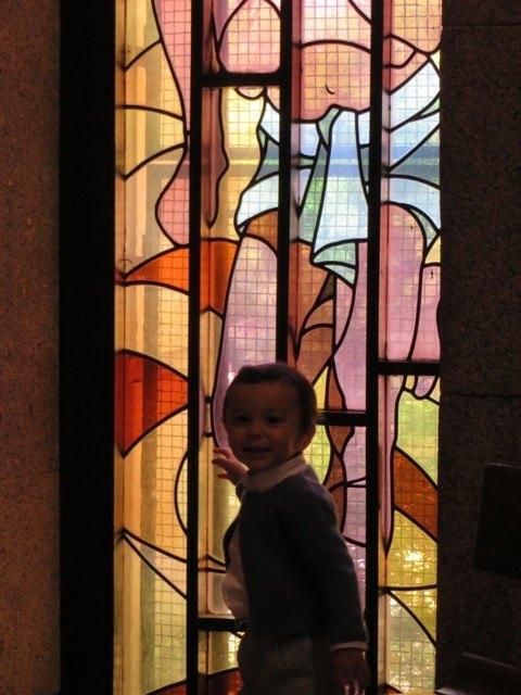 司祭のお説教の間に動き回っている息子。