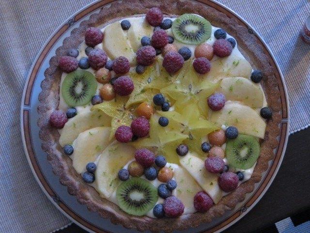 我が家の手作りケーキ。とにかく春らしく、フルーツをふんだんにいれました。