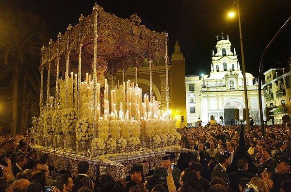 """セビリヤで最も有名な御神輿の一つ、Virgen de la Macarena (又は""""La Macarena"""")の様子。 http://www.quetiempo.es/より。"""