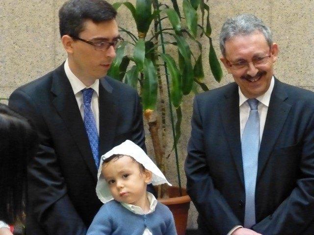 どう見ても赤ん坊サイズの布を頭に被せられて。あまり嬉しそうではありません。