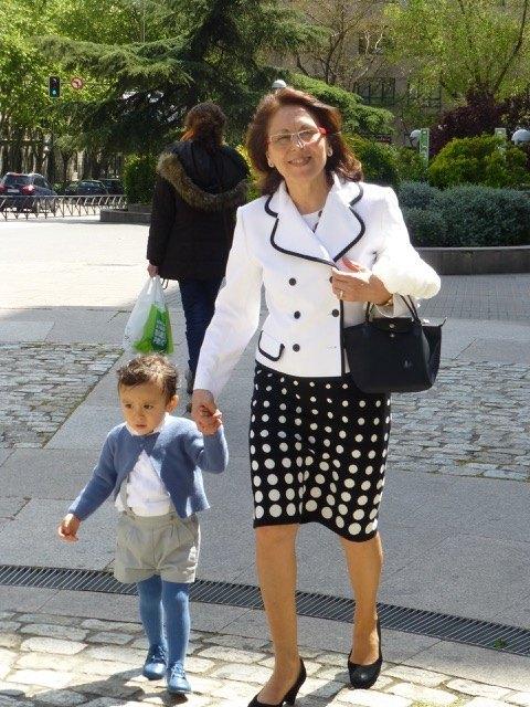 義母と一緒に歩く息子。シャツはÑaco、ズボンはNeck&Neckというスペインのメーカーのものです。