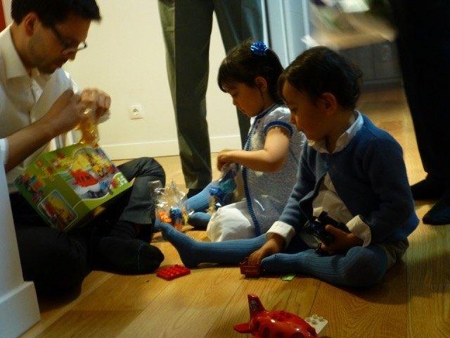 早速おもちゃで遊び始める子供たち。と、大人一名。