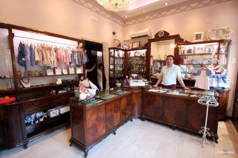 お店の内装。素敵で仕立ての良い洋服が沢山あります。http://comerciosantiguosdemadrid.com/2015/06/22/plateria-pereira-calle-princesa-70-barrio-de-arguelles/より。