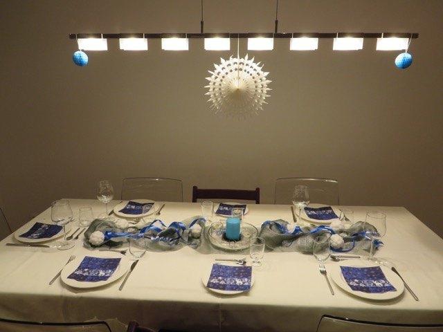 大晦日のディナーのテーブル。クリスマスの赤に疲れてきたので、白と青にしてみました。