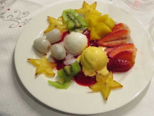 クリスマスのデザート。キイチゴのソースとレモンとみかんのシャーベットをメインに、フルーツを添えて。