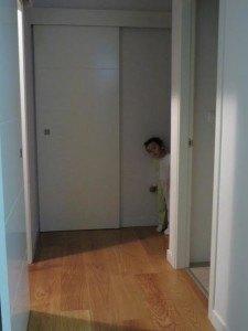 すっかり夜更かしに慣れた息子。夜中を過ぎてもこの通り、部屋を脱走しています。。。