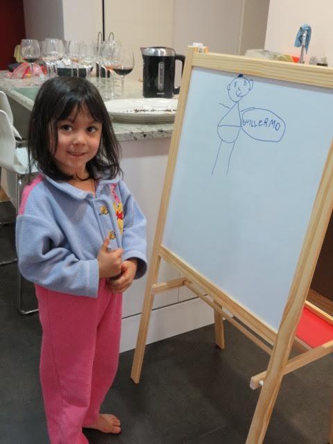 クリスマスにサンタさんからもらったホワイトボードにお絵描きをしている娘。
