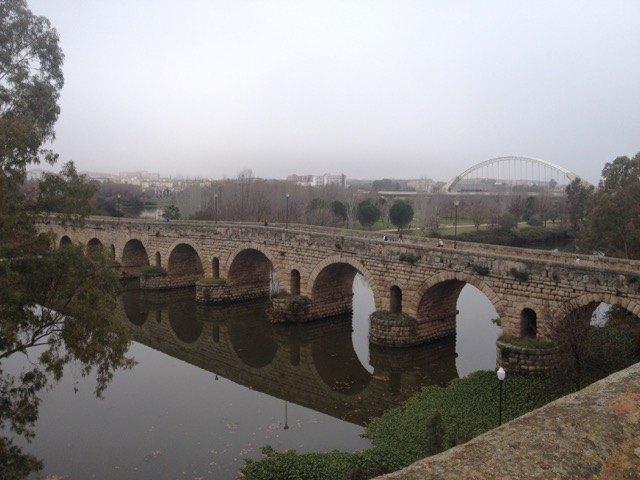 ローマ時代に造られた橋は今でも使用されています。(メリダにて。)