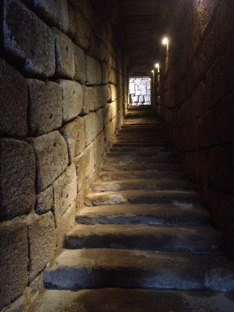 アルヒベへ続く階段。全てが千年近く前にできているというのは驚嘆に値します。
