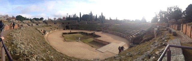 円形闘技場。劇場よりさらに大きく、楕円の一番長い部分は64.5mになります。