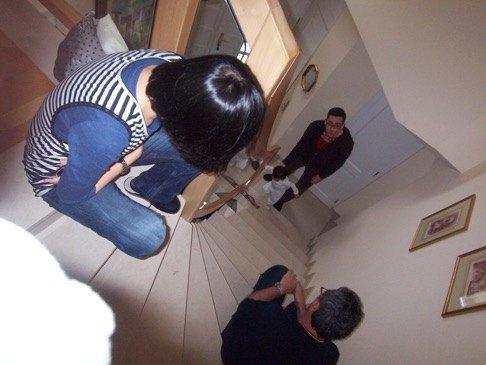 二階から一階に降りる例の階段。大理石でできているので、腰を打つとかなり痛いです。これは娘がまだ2歳になる前の写真です。