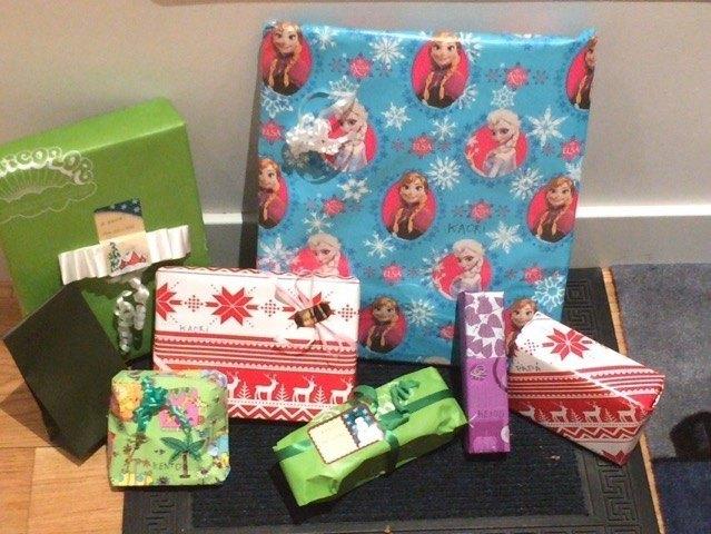 今年のプレゼントの数々。例年通り、玄関にあります。