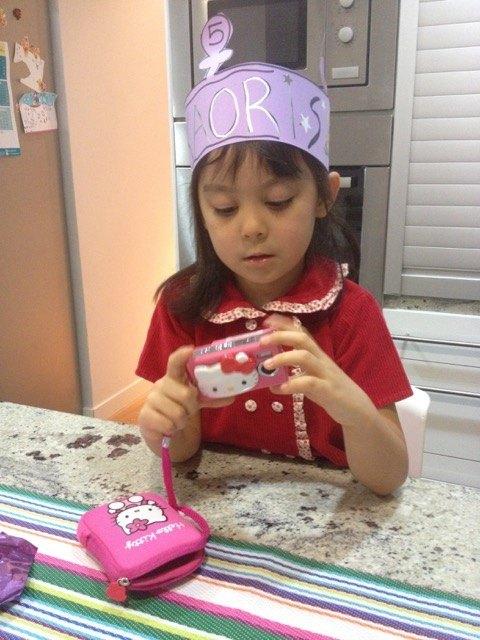 学校でもらった「5」と書いてある冠を被って上機嫌の娘。