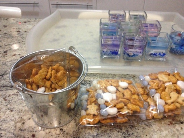 魚型のクラッカーや白、水色のお菓子を袋に詰め、ローソクと一緒にバケツにセット。夫が全て運んでくれました。ご苦労様です。。。