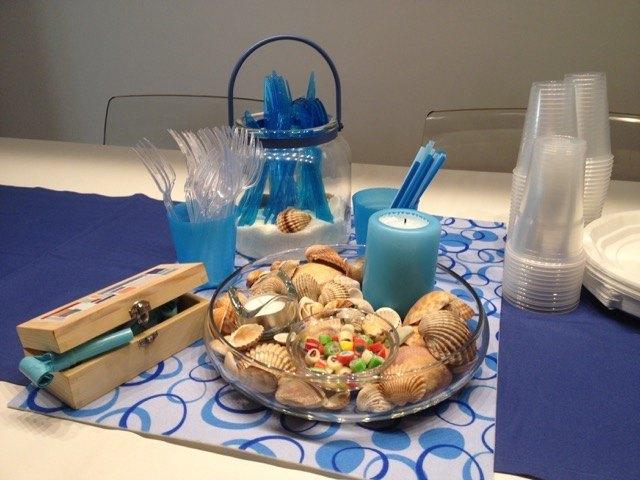 我が家のテーブルセッティング。今回は海のテーマですが、プラスチックの食器を多用しました。