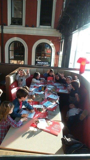 おやつの時間。子供達は食べ物が来るまでの時間、色塗りを楽しんでいました。