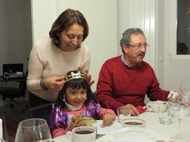 娘はプレゼントでもらったラプンツェルのドレスに大満足。ケーキについていた冠をおばあちゃんに着けてもらいました。