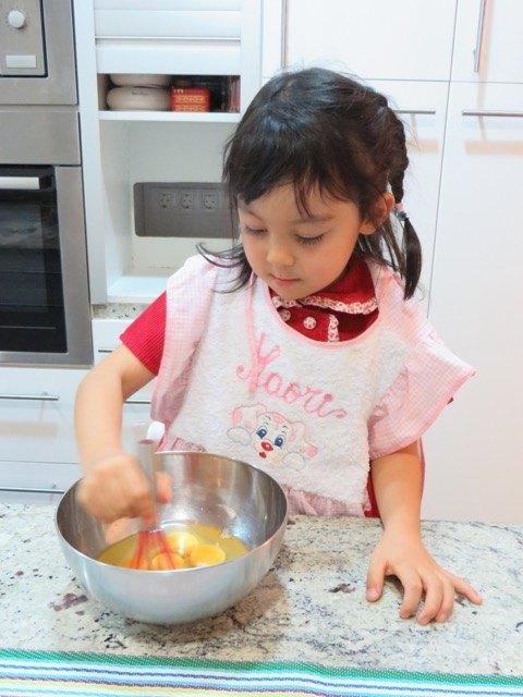 プレゼントでもらったキッチンツールを使ってケーキ作りを手伝ってくれました。