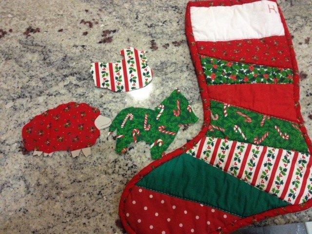 母が作ってくれたサンタクロースの長靴と、同じハギレで作った動物達。クリスマスにこのブーツがお菓子でいっぱいになるのが、私たち兄弟の楽しみでした。