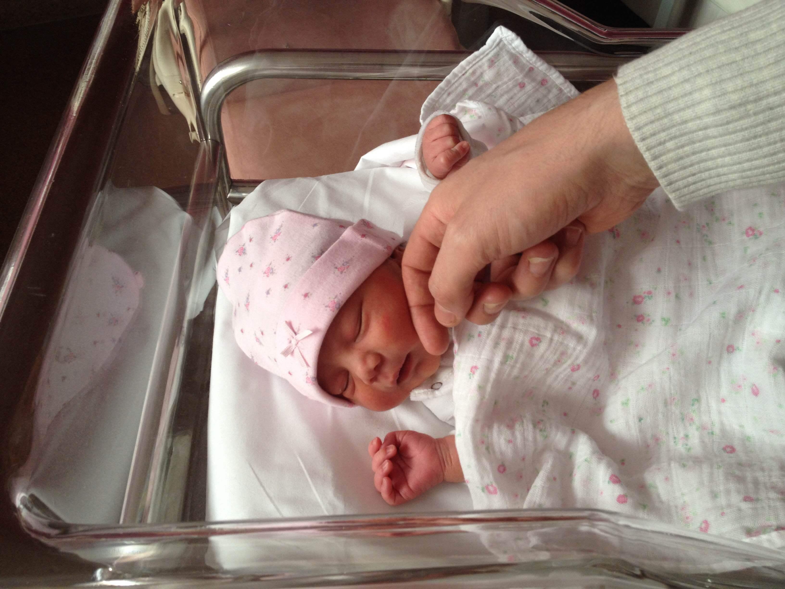 誕生直後の娘。初日はとにかく寝てばかりでした。