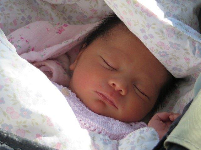 生後4日の娘。公園にて。