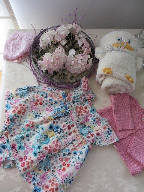 春夏用のワンピースとジャケットのセットと、アヒルの形になるタオル。タオルはZARA HOMEのものです。