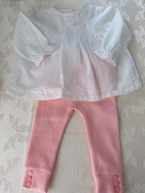 シンプルな白いシャツとピンクのレギンス。ZARAの洋服ですが、同じデザインの服が10歳位まであるので、姉妹でお揃いなども簡単にできます。