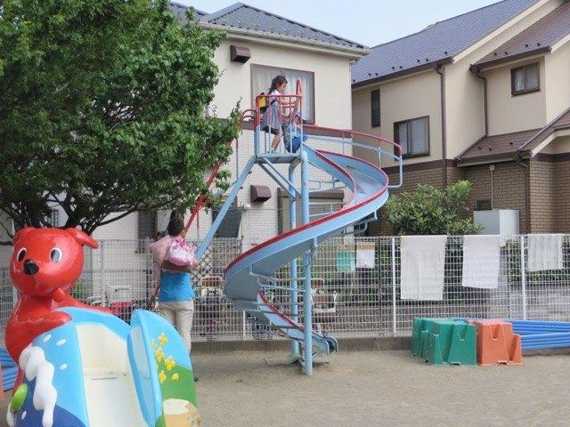 夫と息子も娘の幼稚園訪問をしました。息子は遊具に夢中です。