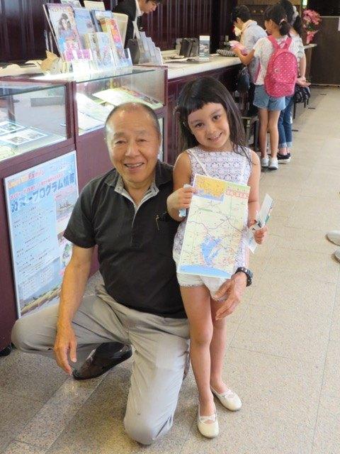 叔父とかおり。かおりは叔父や叔母に囲まれて本当に楽しそうでした。