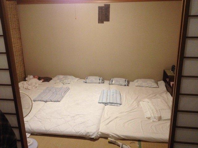 部屋はこんな感じです。次女がいつも先にスタンバイ。