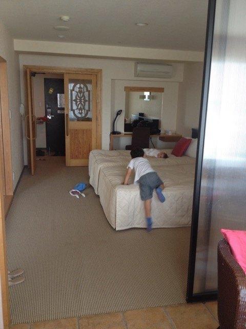 ホテルの部屋で子供達は大興奮。
