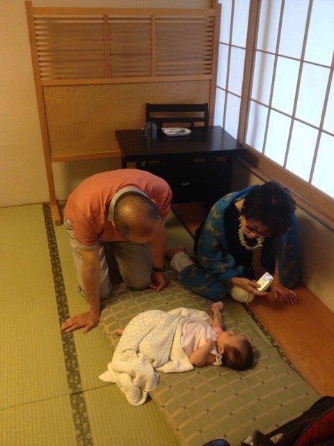 希良は座布団に寝ていましたが、こうして時々叔父や叔母に相手をしてもらっていました。